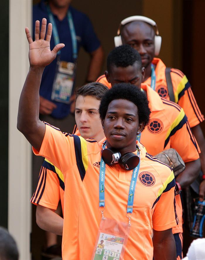 Los jugadores de la selección Colombia de fútbol Carlos Zapata y Santiago Arias saludan a los seguidores. EFE