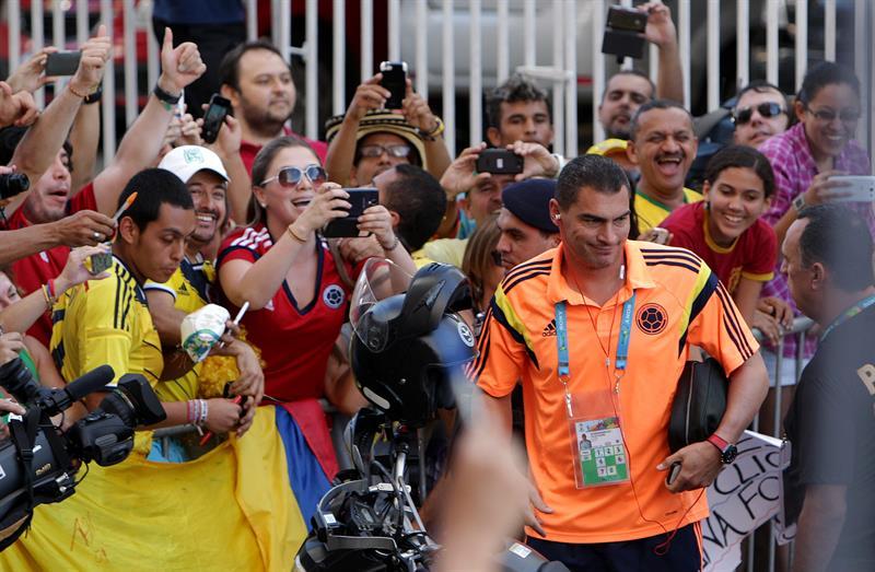 El jugador de la selección Colombia de fútbol Farid Mondragón (c). EFE