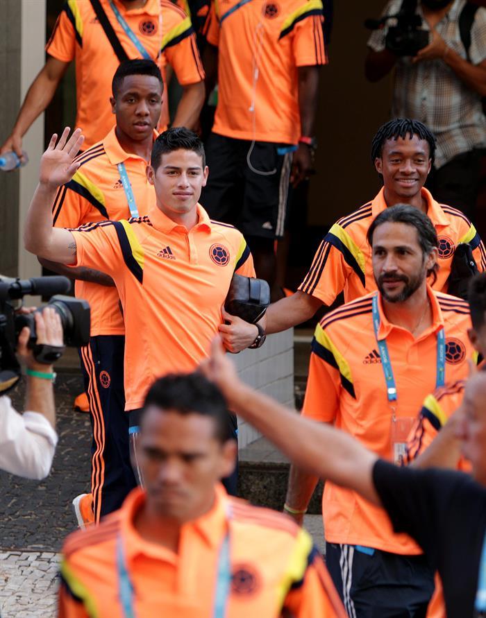 Los jugadores de la selección Colombia de fútbol James Rodríguez (c), Mario Yepes (d) y Juan Guillermo Cuadrado. EFE