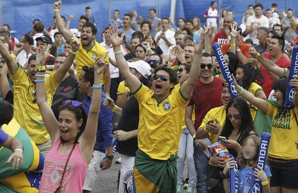 Decenas de aficionados brasileños. Foto: EFE