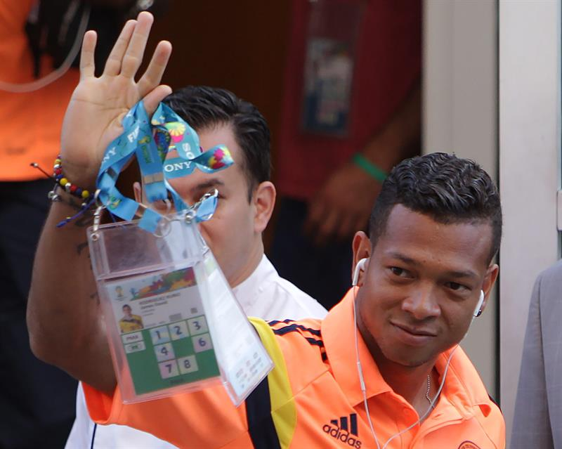 El jugador Fredy Guarín de la selección Colombia de fútbol saluda a los seguidores . EFE