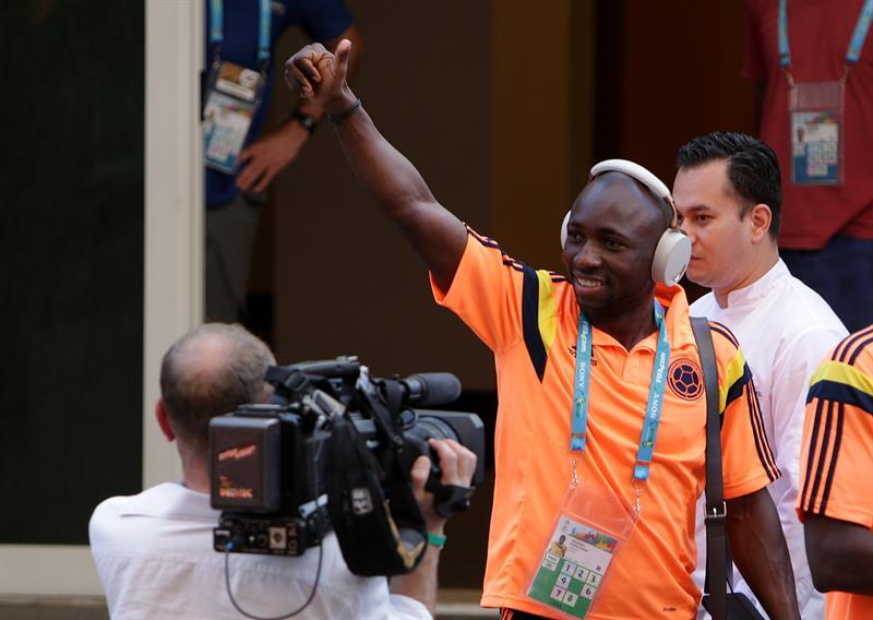 El jugador de la selección Colombia de fútbol Pablo Armero saluda a los seguidores. EFE
