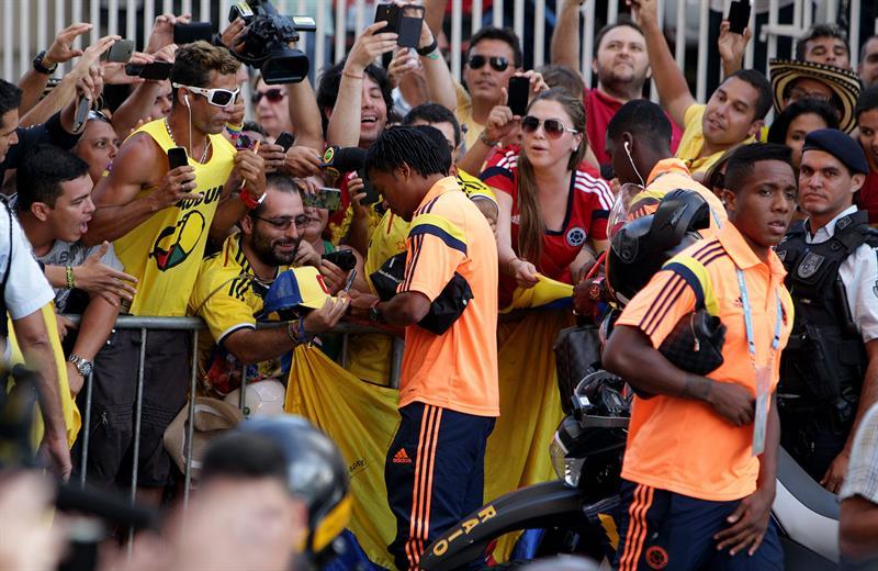Los jugadores de la selección Colombia de fútbol Juan Guillermo Cuadrado (c) y Carlos carbonero (d) firman autógrafos. EFE