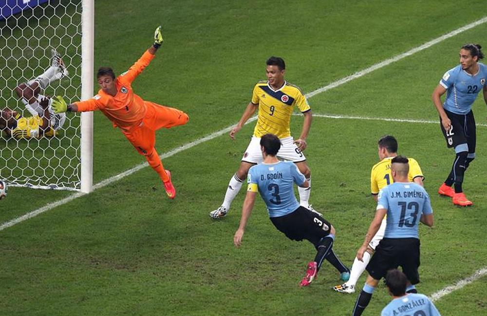 El centrocampista colombiano James Rodríguez (d) lanza marcando gol ante Uruguay. Foto: EFE