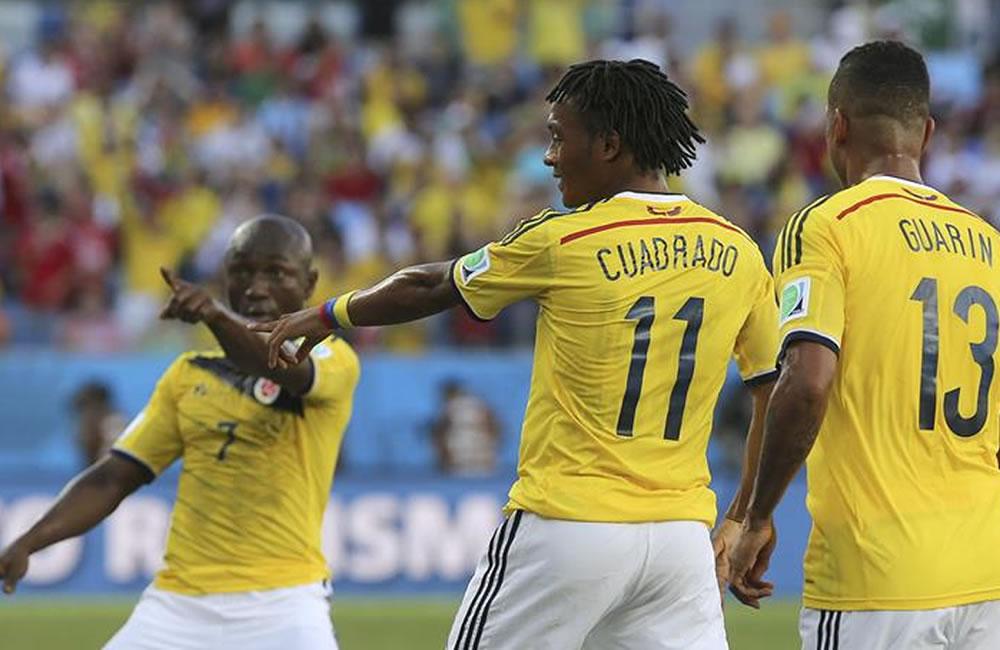 El centrocampista colombiano Juan Cuadrado celebra con sus compañeros Pablo Armero. Foto: EFE