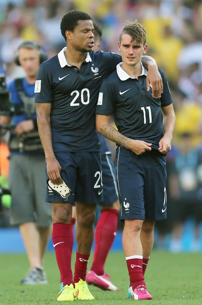 France's Loic Remy (L) and Antoine Griezmann (R) stand dejected on the pitch after losing after the FIFA World Cup 2014. EFE