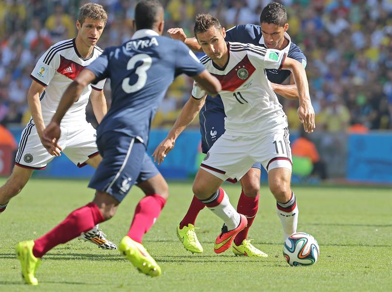 Germany's Miroslav Klose (2-R) controls the ball during the FIFA World Cup 2014. EFE