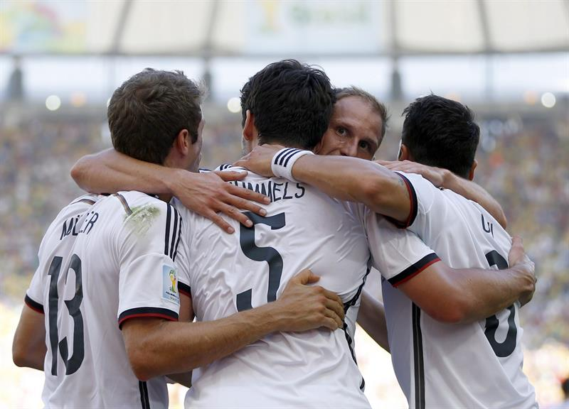 Mats Hummels (2-L) of Germany celebrates with team-mates his 0-1 goal during the FIFA World Cup 2014. EFE