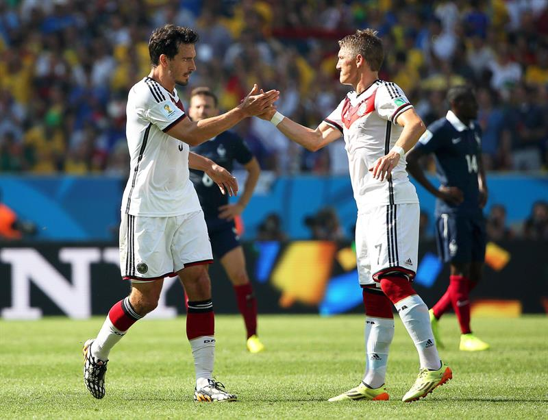 Mats Hummels (L) of Germany is congratulated by his teammate Bastian Schweinsteiger (R) after scoring the 1-0 lead during the FIFA World Cup 2014. EFE