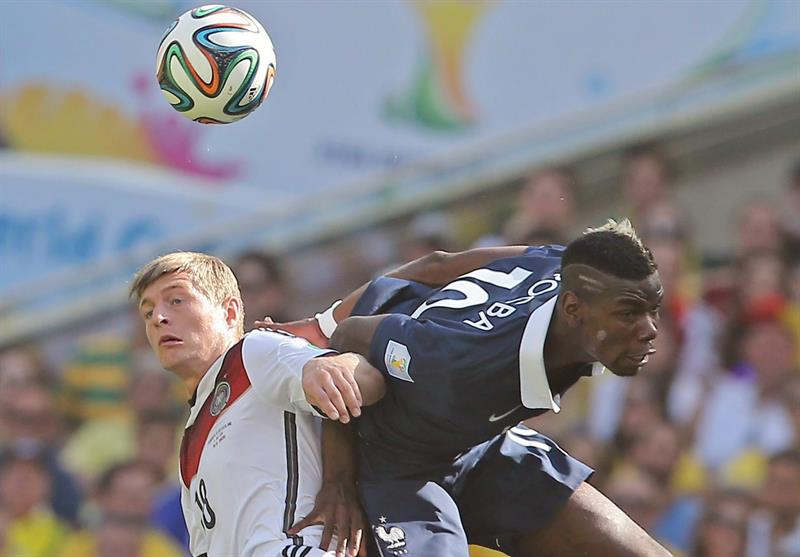 Germany's Toni Kroos (L) and France's Paul Pogba (R) vie for the ball during the FIFA World Cup 2014. EFE