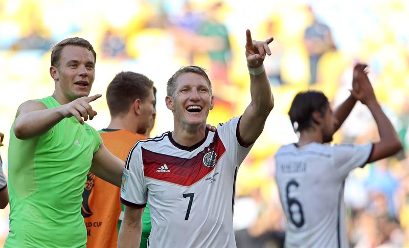 Germany's goalkeeper Manuel Neuer (L) and midfielder Bastian Schweinsteiger (C) celebrate with supporters after the FIFA World Cup 2014. EFE