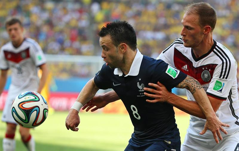 Mathieu Valbuena (C) of France in action against Germany's Benedikt Hoewedes (R) during the FIFA World Cup 2014. EFE
