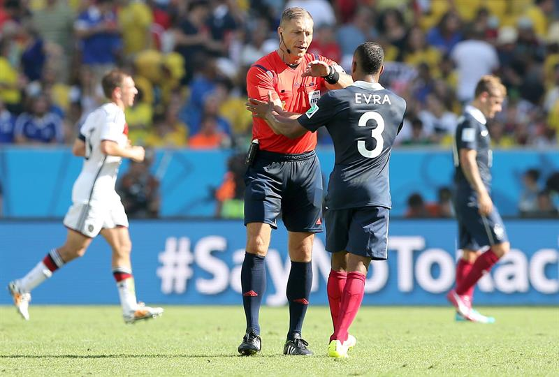 Argentine referee Nestor Pitana (L) and France's Patrice Evra (R) talk during the FIFA World Cup 2014. EFE