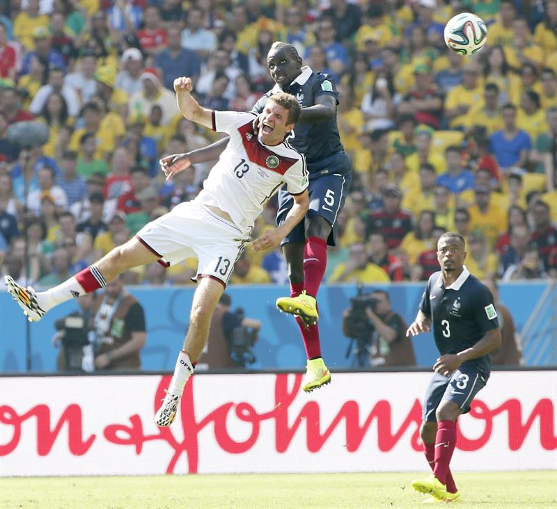 Thomas Mueller (L) of Germany goes for a header with Mamadou Sakho of France during the FIFA World Cup 2014. EFE