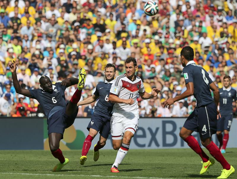 Mamadou Sakho (L) of France in action with Miroslav Klose of Germany during the FIFA World Cup 2014. EFE