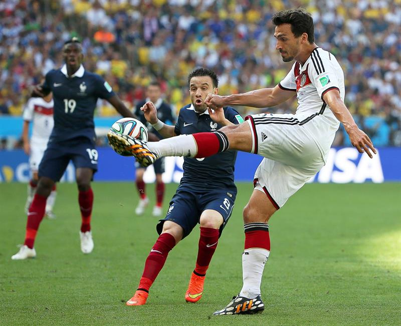 Mats Hummels (R) of Germany in action against Mathieu Valbuena (C) of France during the FIFA World Cup 2014. EFE