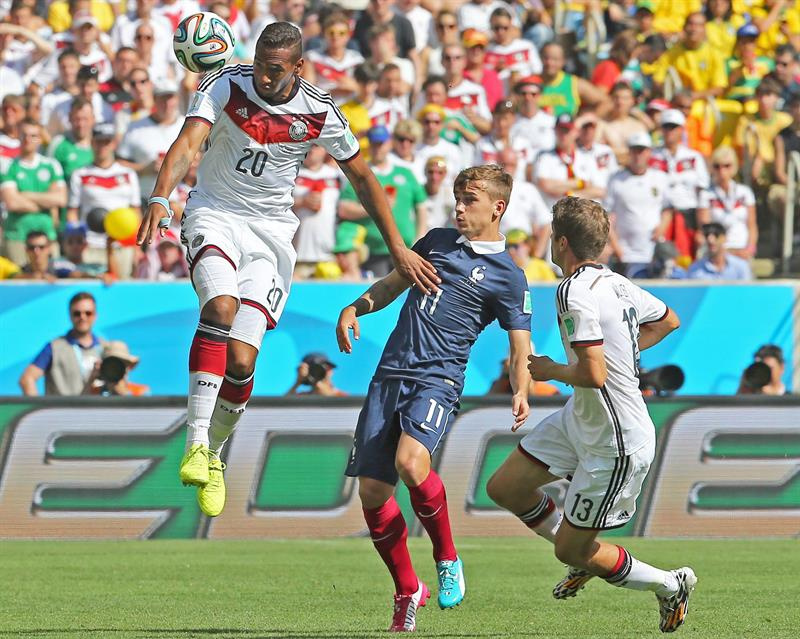 Germany's Jerome Boateng (L) and Thomas Mueller (R) vie for the ball with France's Antoine Griezmann (C) during the FIFA World Cup 2014. EFE