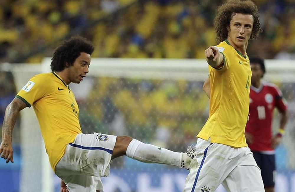 El defensa brasileño David Luiz (d) celebra con su compañero Marcelo (i) el gol marcado ante la selección colombiana. EFE