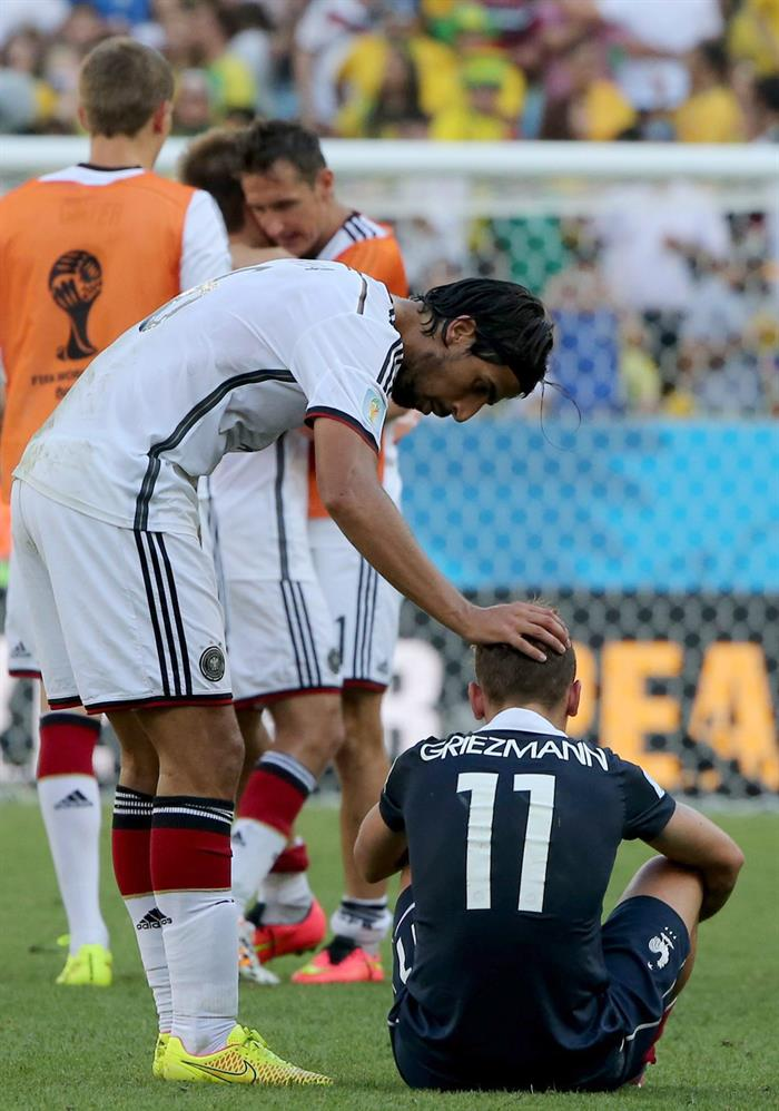 Antoine Griezmann (R) of France is consoled by Germany's Sami Khedira after losing the FIFA World Cup 2014. EFE