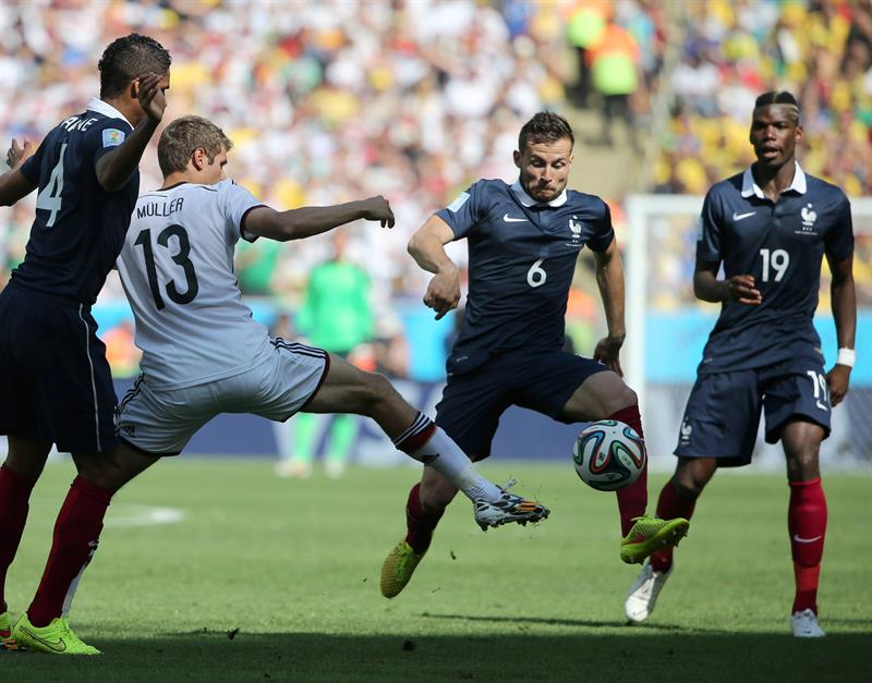 Yohan Cabaye (R) of France in action with Thomas Mueller of Germany during the FIFA World Cup 2014. EFE