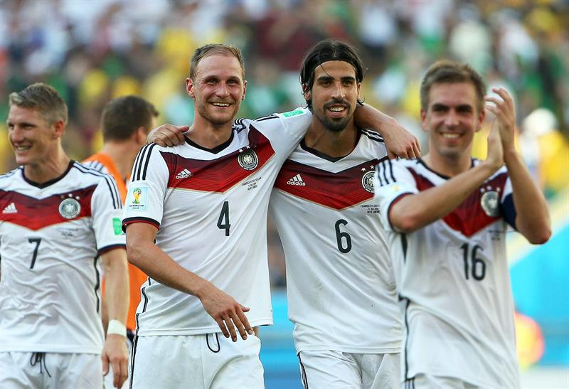 German players Benedikt Hoewedes (2-L) and Sami Khedira (2-R) celebrate after the FIFA World Cup 2014. EFE