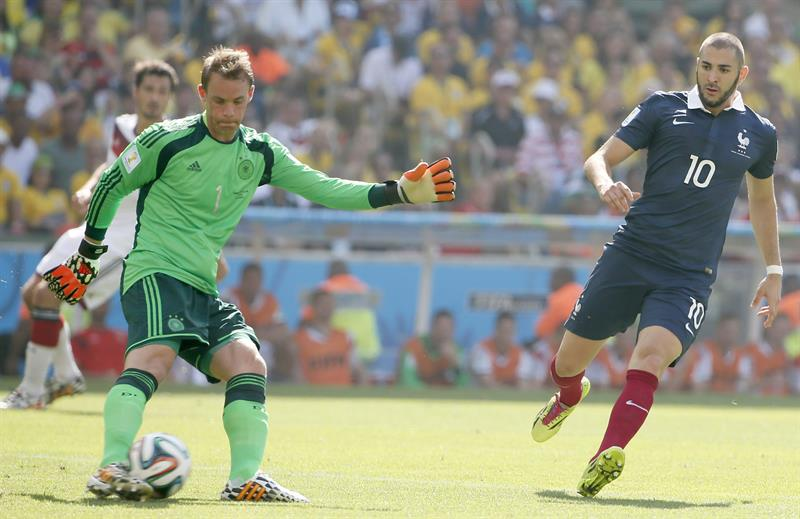Goalkeeper Manuel Neuer (L) of Germany vies with Karim Benzema of France during the FIFA World Cup 2014. EFE