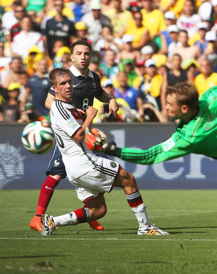 Mathieu Valbuena (back C) of France in action against German players Philipp Lahm (front L) and goalkeeper Manuel Neuer (R) during the FIFA World Cup 2014. EFE