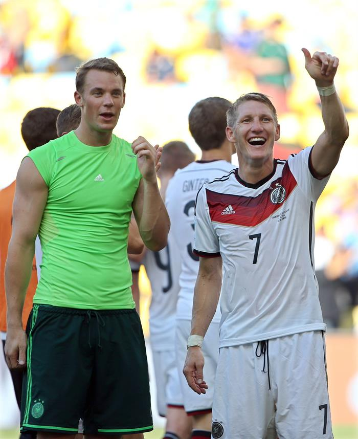 ermany's goalkeeper Manuel Neuer (L) and midfielder Bastian Schweinsteiger (R) celebrate with supporters after the FIFA World Cup 2014. EFE