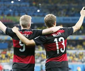 Alemania festeja su paso a la final de Brasil 2014 tras golear al anfitrión. EFE