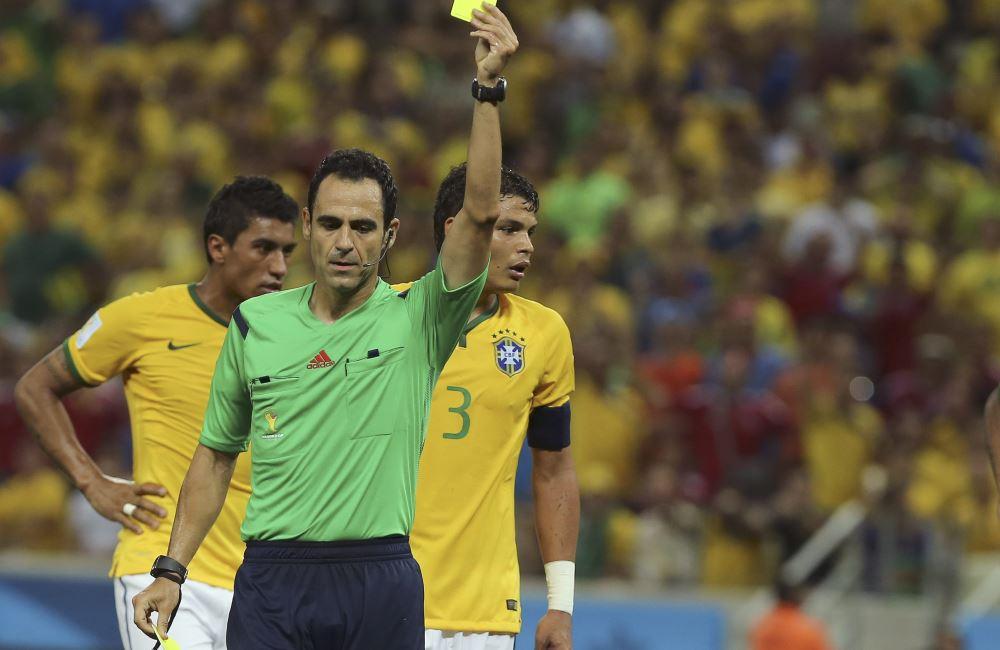 Carlos Velasco Carballo ha sido criticado por el duelo entre Brasil y Colombia. Foto: EFE.