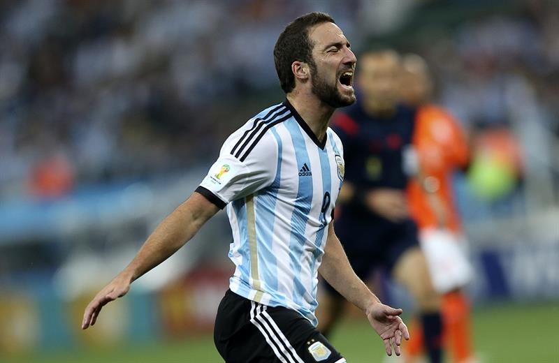 El delantero argentino Gonzalo Higuaín lamenta una ocasión fallida. Foto: EFE