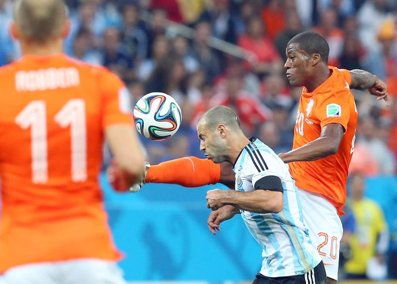 Argentina's Pablo Zabaleta (C) and vie for the ball Georginio Wijnaldum of the Netherlands (R). EFE