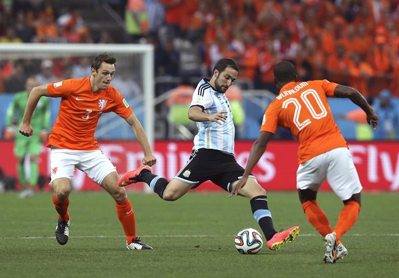 El delantero argentino Gonzalo Higuaín (c) con el balón ante el centrocampista holandés Georginio Wijnaldum (d). Foto: EFE