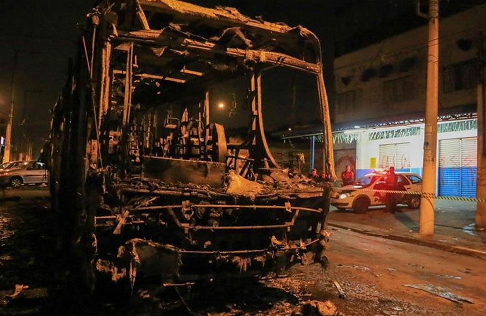 Vista de un autobús quemado por hinchas inconformes por el resultado del partido . EFE