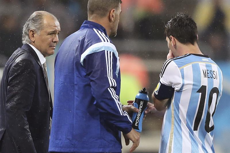 El entrenador de la selección argentina, Alejandro Sabella, (i) conversa con el delantero argentino Lionel Messi. Foto: EFE