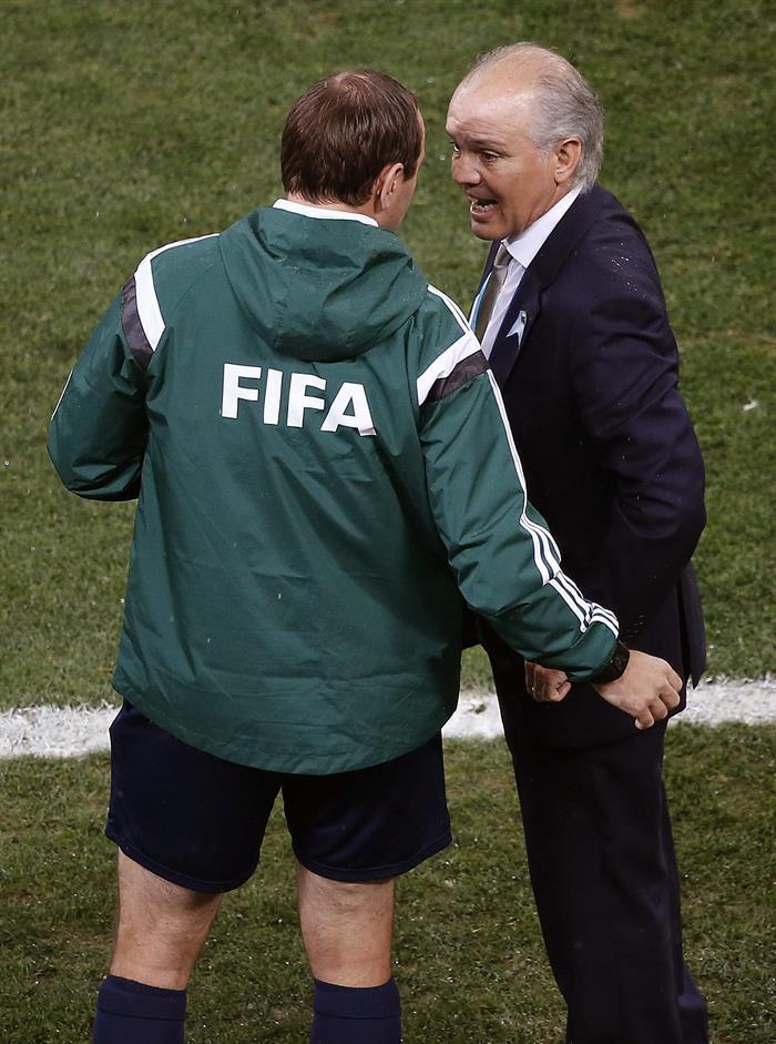 El entrenador de la selección argentina Alejandro Sabella (d) conversa con el cuarto. Foto: EFE