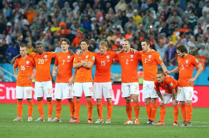 La selección holandesa durante al tanda de penaltis del partido Holanda-Argentina, de semifinales. Foto: EFE