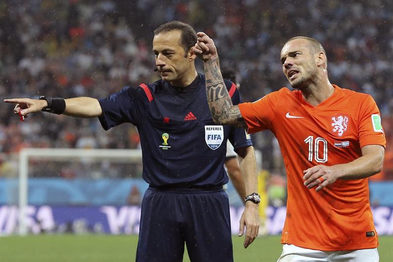 El árbitro turco Cüneyt Cakir (i) junto al centrocampista holandés Wesley Sneijder. Foto: EFE