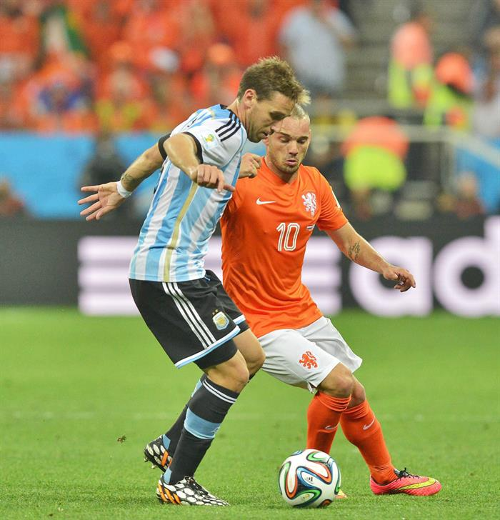 Dutch national soccer team player Wesley Sneijder (R) pressures Argentine player Lucas Biglia (L) during the FIFA World Cup 2014. EFE