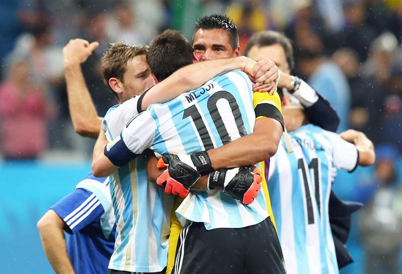 Argentina's Lionel Messi (C) and teammates celebrate ater their team won the penalty shoot-out of the FIFA World Cup 2014. EFE