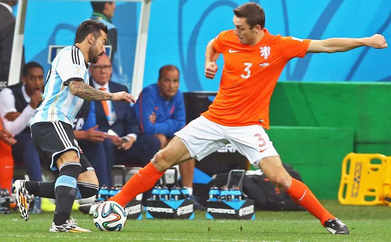 Argentina's Ezequiel Lavezzi (L) and Stefan de Vrij of the Netherlands (R) vie for the ball during the FIFA World Cup 2014. EFE