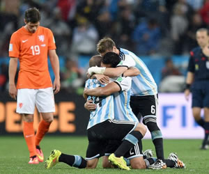 Maxi Rodriguez of Argentina react after he scored the final penaltz. EFE