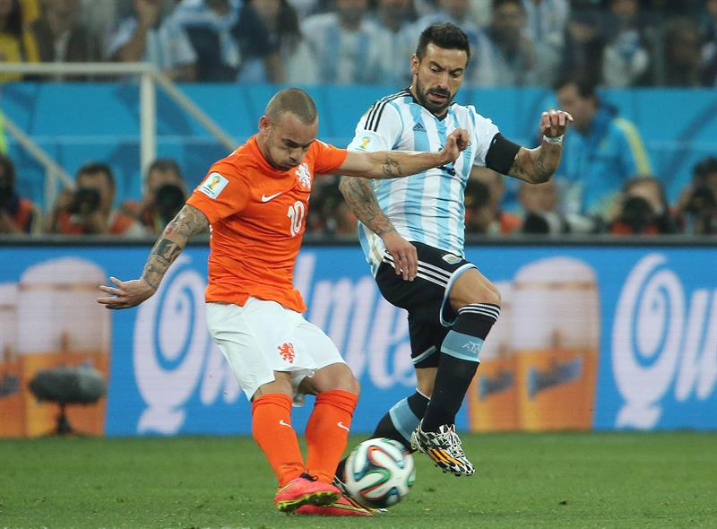 Wesley Sneijder of the Netherlands (L) and Ezequiel Lavezzi of Argentina in action during the FIFA World Cup 2014. EFE