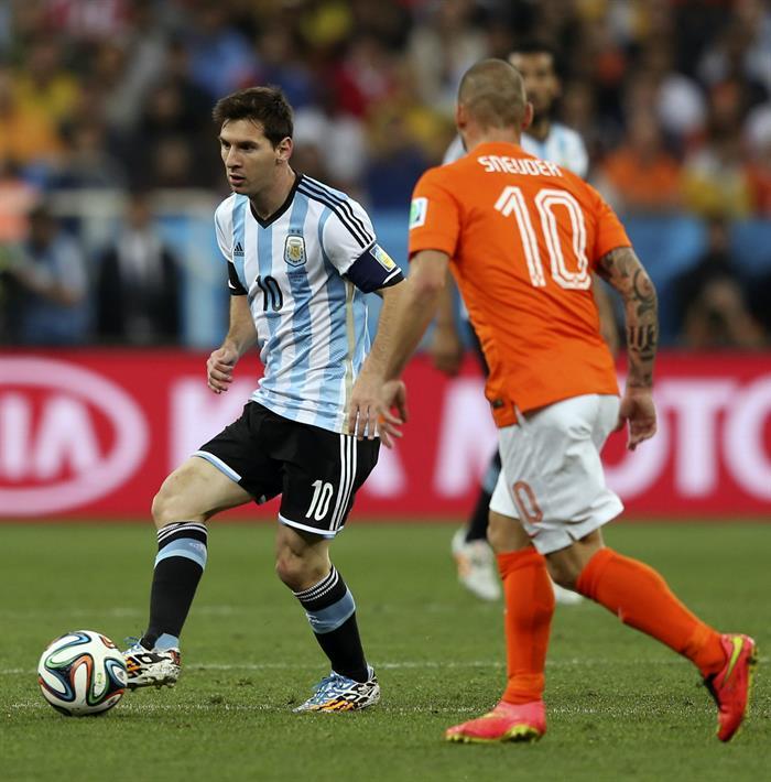 El delantero argentino Lionel Messi (i) controla el balón ante el centrocampista holandés Wesley Sneijder. Foto: EFE