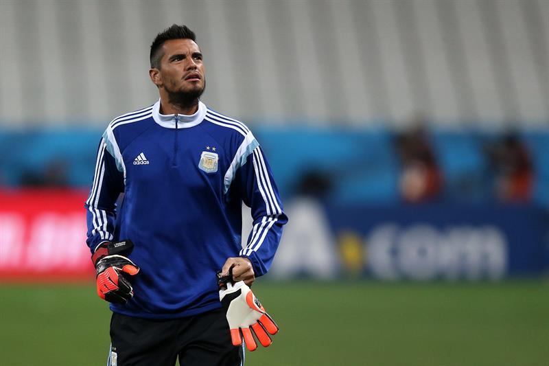 El arquero de la selección de Argentina Sergio Romero entrena. EFE