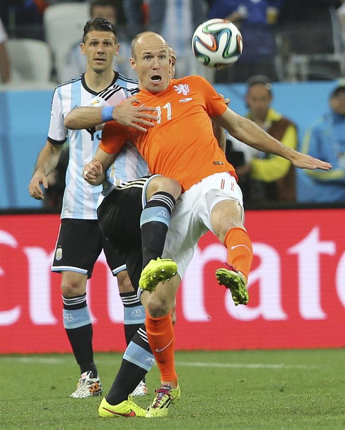 El delantero holandés Arjen Robben controla ante el centrocampista argentino Martín Demichelis (detrás). Foto: EFE