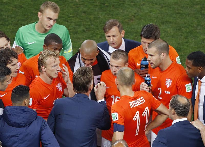 El entrenador de la selección holandesa, Louis van Gaal, (abajo) da instrucciones a sus jugadores en el tiempo de descuento. Foto: EFE
