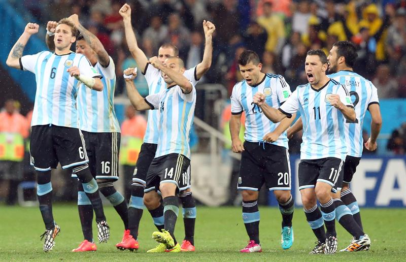 rgentina's Lucas Biglia (L-R), Javier Mascherano, Sergio Kun Aguero, and Maxi Rodriguez celebrate after a penalty. Foto: EFE