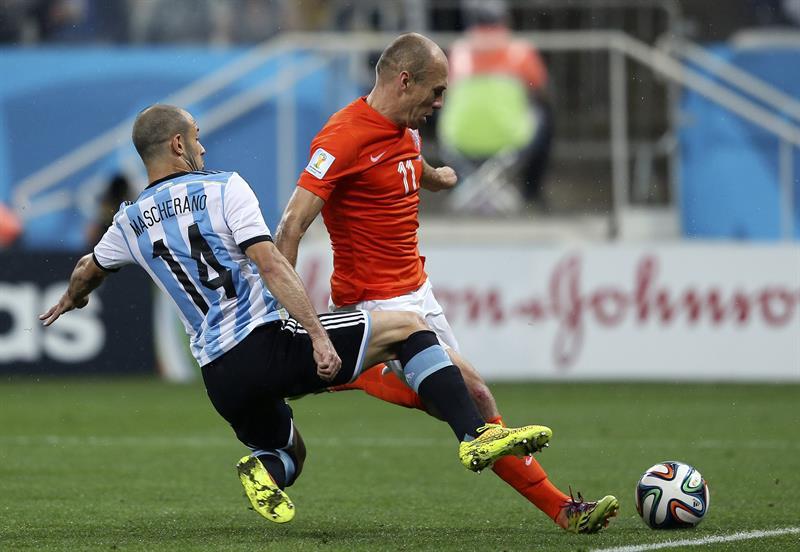 El delantero holandés Arjen Robben (d) intenta disparar a puerta ante el centrocampista argentino Javier Mascherano (i). Foto: EFE