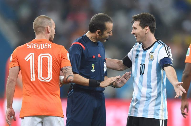 Turkish referee Cuneyt Cakir (C) talks to Argentina's Lionel Mesi (R) and Wesley Sneijder. EFE